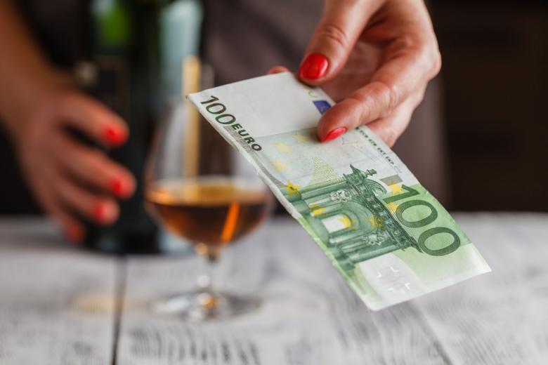 женщина платит за виски фото