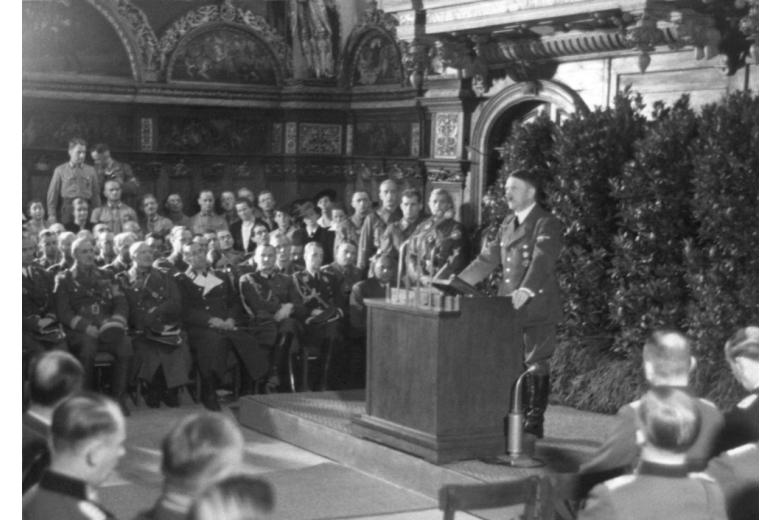 Адольф Гитлер за трибуной выступает перед военными фото