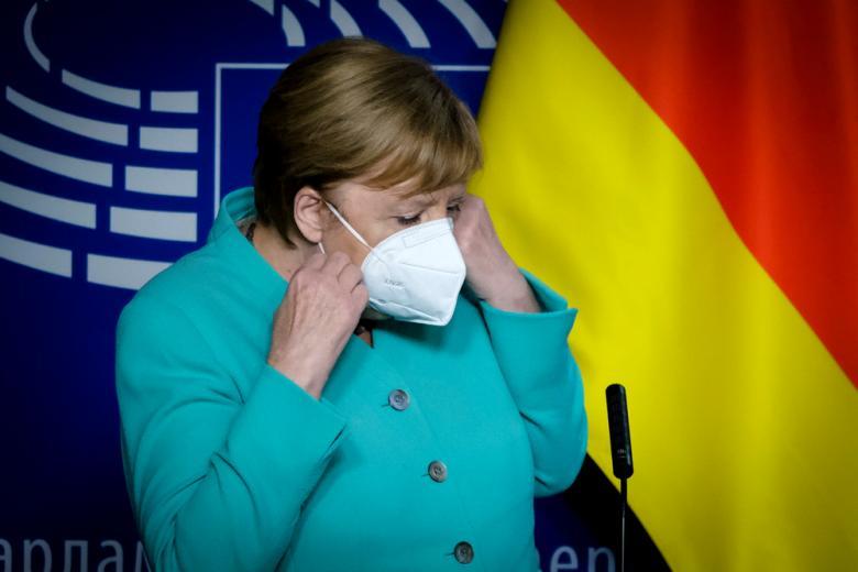 Ангела Меркель надевает маску фото