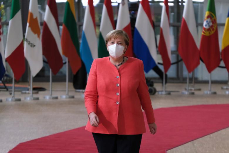 Ангела Меркель в маске фото