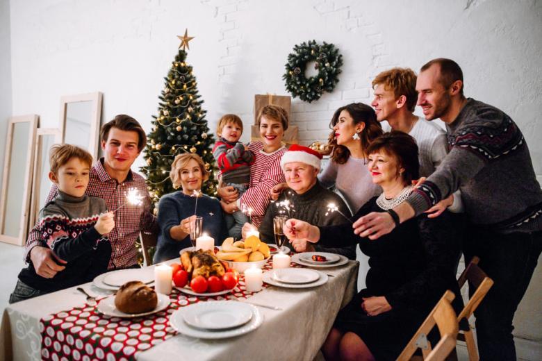 большая семья за праздничным столом фото