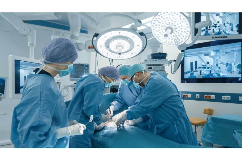 бригада медиков проводит операцию в операционной фото