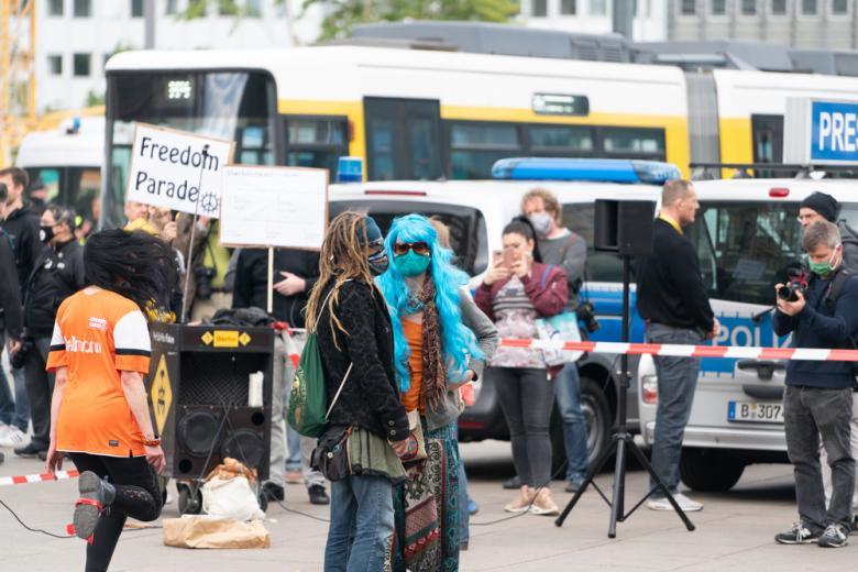 демонстранты выступают против коронавирусных ограничений фото