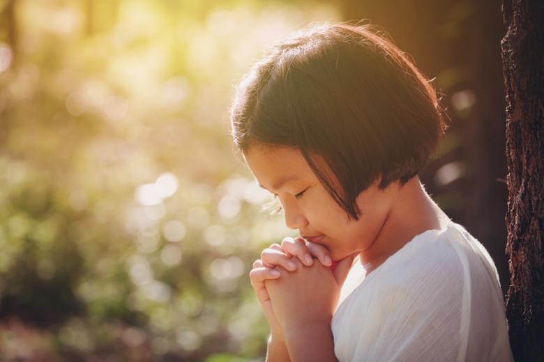 Девочка молящаяся Богу фото