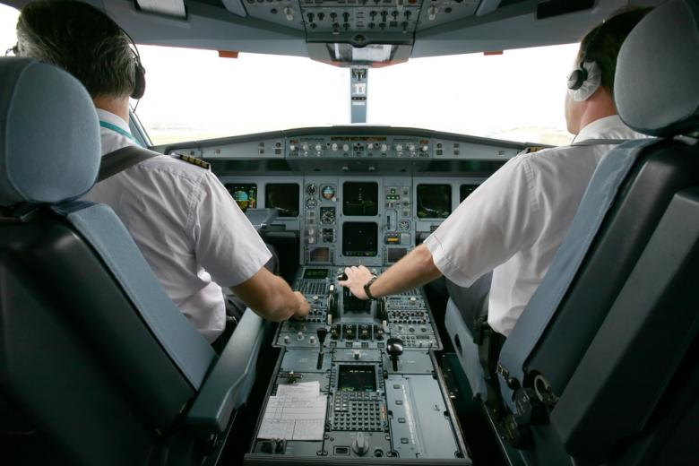 два пилота в кабине самолёта фото