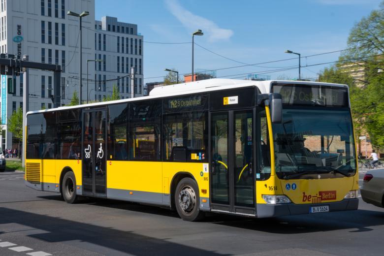 электрический автобус едет по улице фото