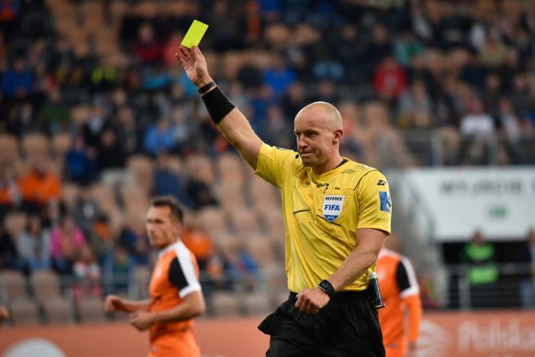 Футбольный судья с жёлтой карточкой фото