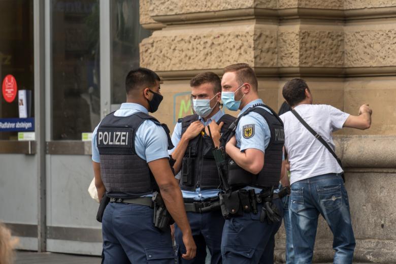 группа полицейских в масках фото