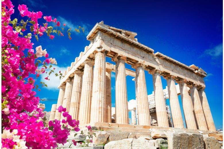 храм Парфенона, синее небо и яркие цветы фото