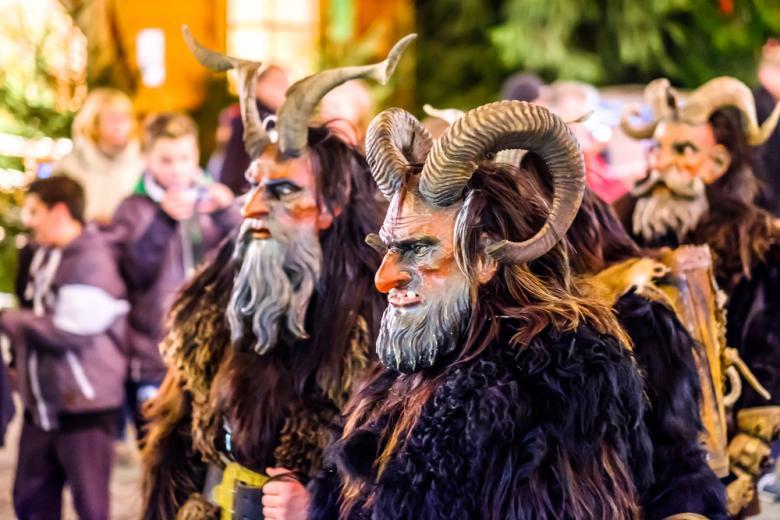 Костюмированное шествие во время фестиваля ужасов в Германии фото