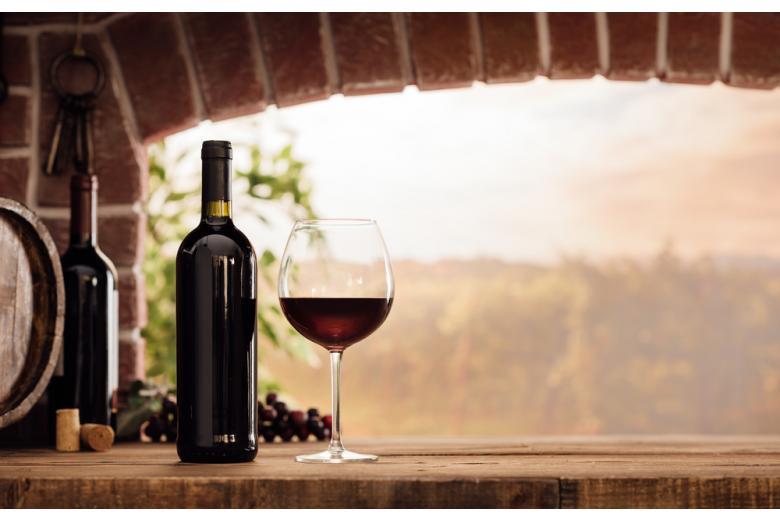 Красное вино в бокале фото