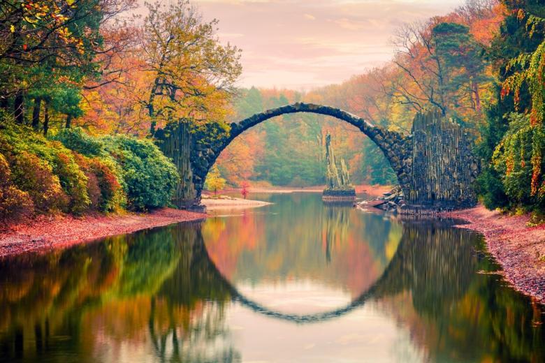Круглый мост Rakotzbrücke в парке Кромлау фото
