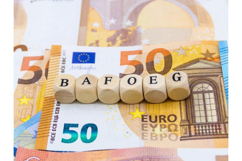 Кубики с буквами BAföG и купюры евро фото