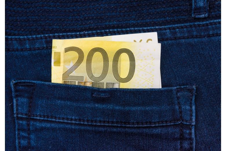 купюра 200 евро в кармане джинсов фото