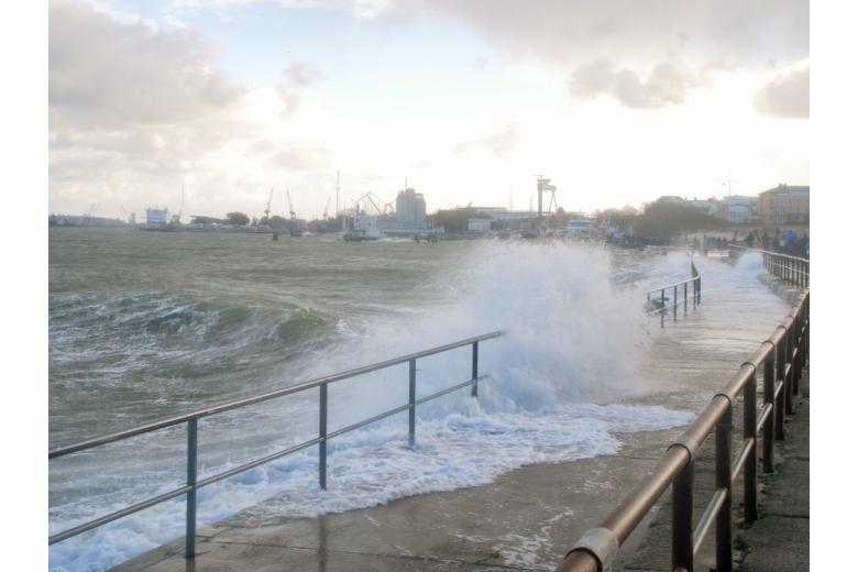 морские волны на набережной фото