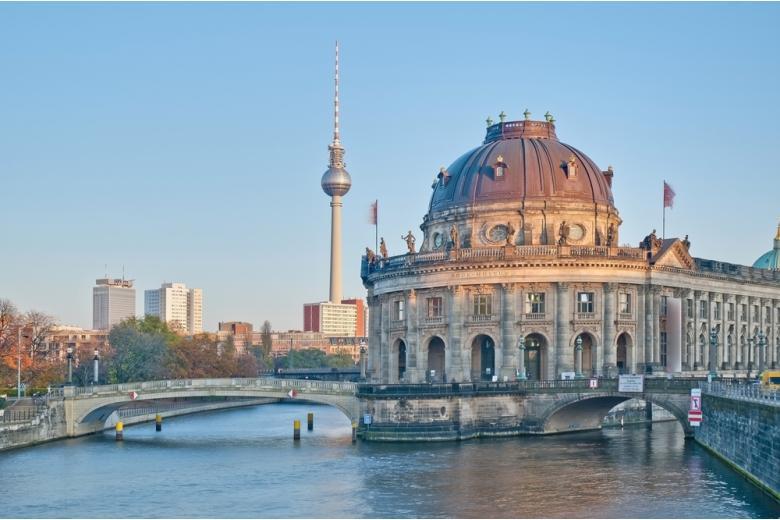 Музей в Берлине на берегу реки Шпрее фото