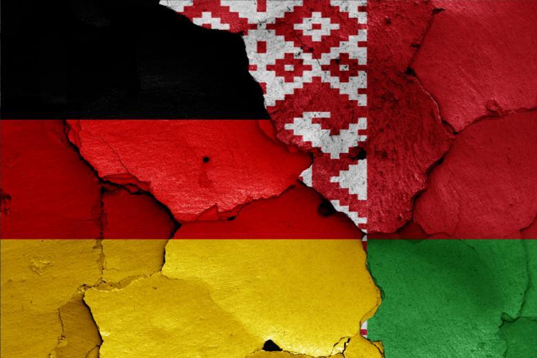 нарисованные флаги Германии и Беларуси на потрескавшейся стене фото