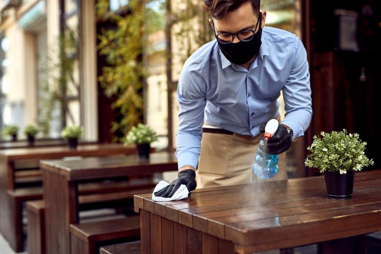 официант протирает стол фото