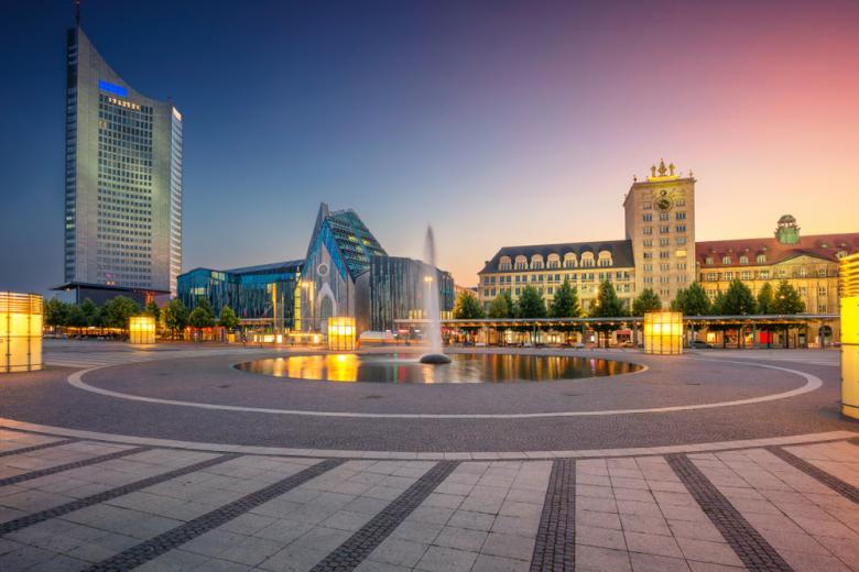 панорама города Лейпциг на закате фото