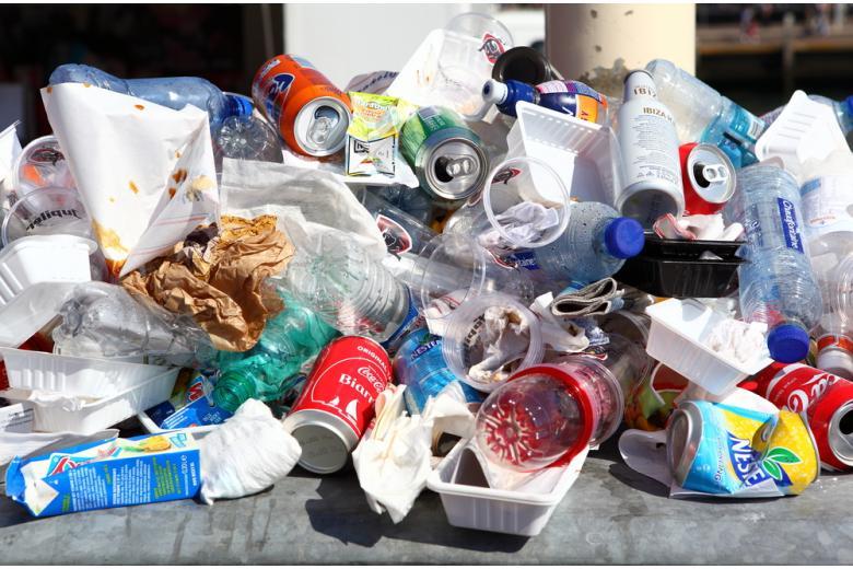 пластиковые контейнеры и жестяные банки фото
