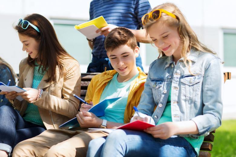 Подростки на лавочке фото