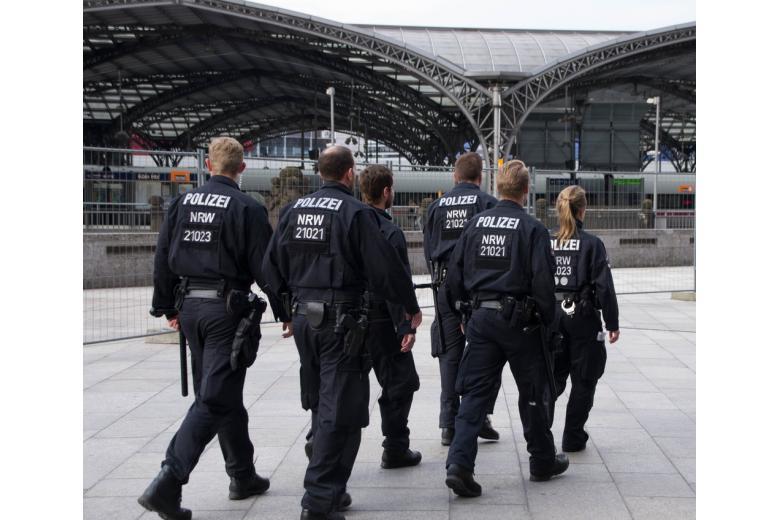 полицейские на железнодорожном вокзале фото