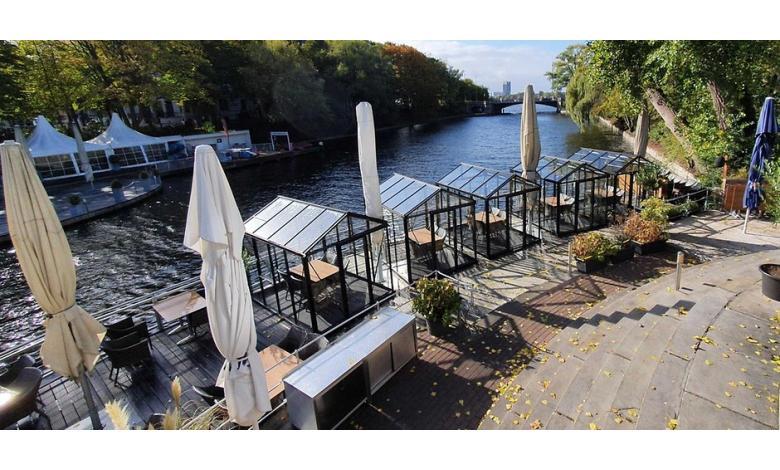 пять стеклянных домиков на террасе с видом на озеро фото