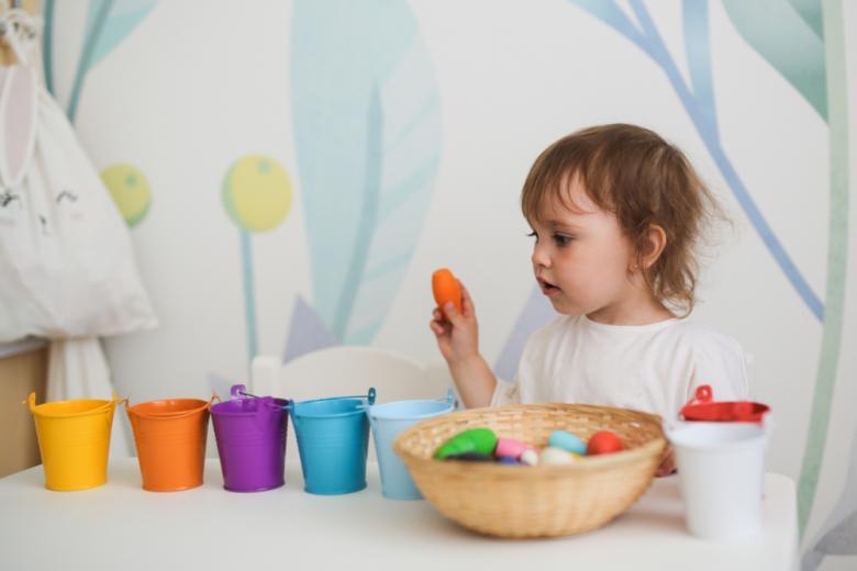Раннее развитие: раскладывание фигурок по цветам фото
