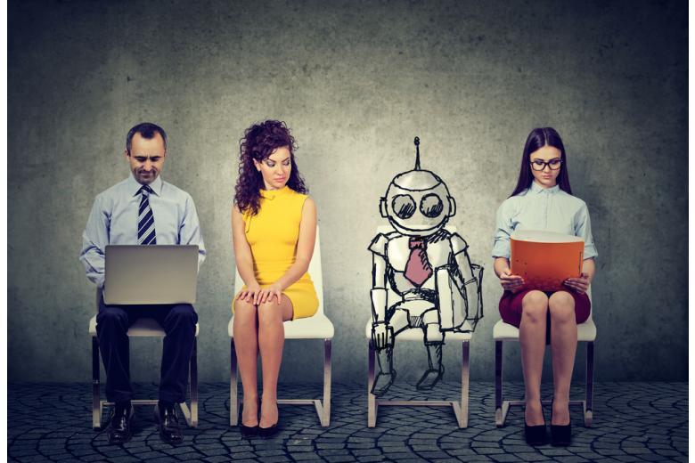робот сидит в очереди на собеседование с тремя людьми фото