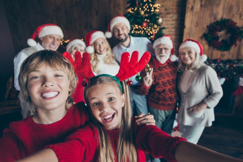 счастливая семья фотографируется на Рождество фото