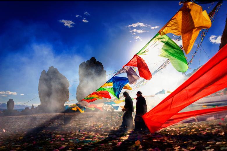 тибет люди и яркие развивающиеся флаги фото