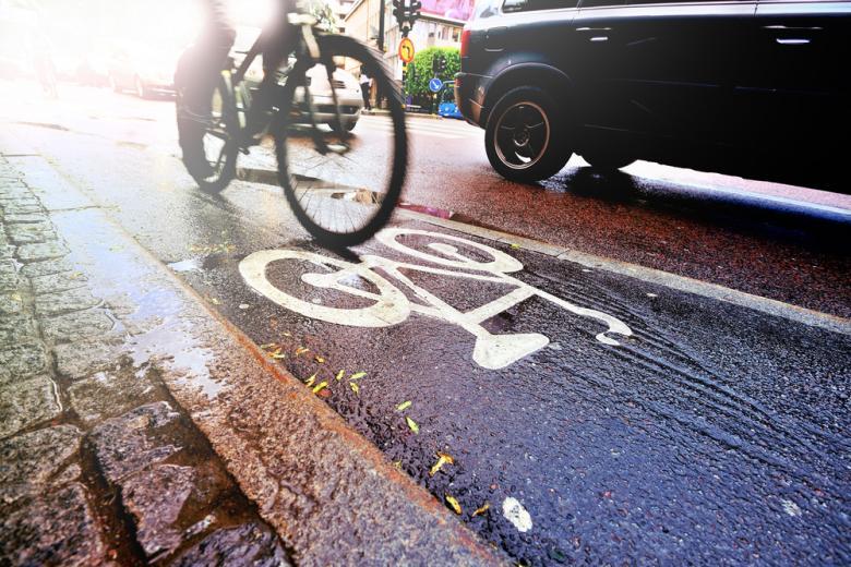 велосипед на велодорожке в дождевую погоду фото