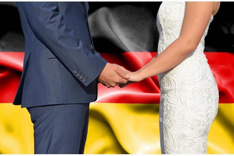 Жених и невеста на фоне флага фото