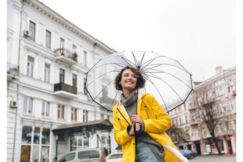 Женщина под зонтом в пасмурную погоду фото
