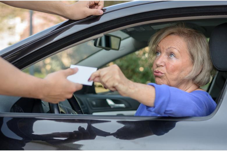 Зрелая женщина отдаёт водительские права фото