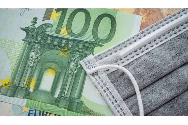 100 евро и медицинская маска фото