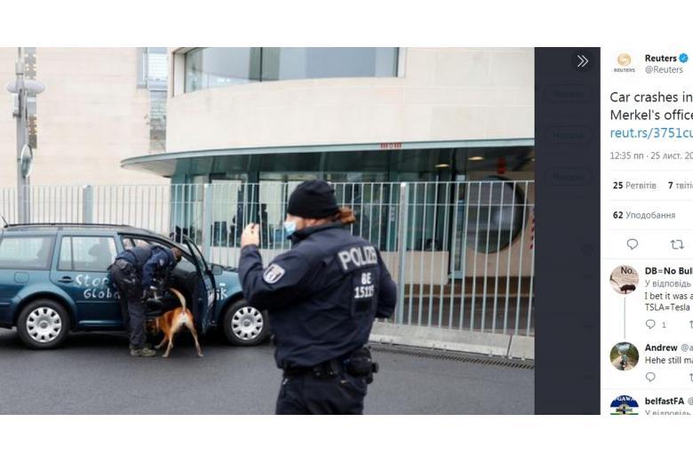 Автомобиль с провокационными надписями врезался в здание, где работает канцлер Германии фото