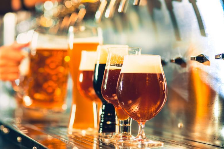 Бокалы с пивом на стойке фото