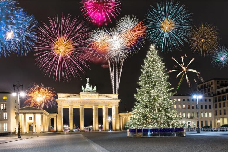 Бранденбургские ворота в Берлине с фейерверком и елкой фото