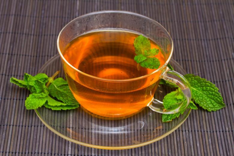 чашка чая на столе фото