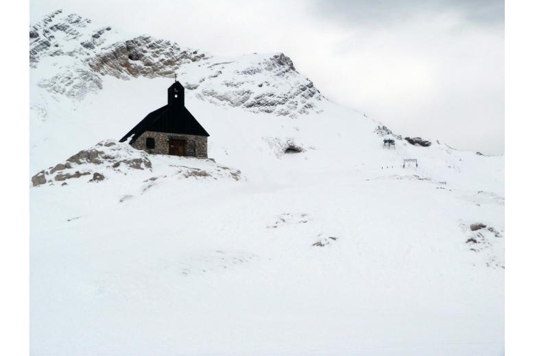 Часовня на горе Цугшпитце зимой фото