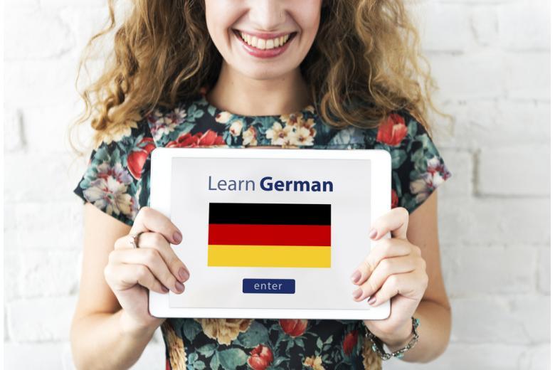 Девушка с планшетом для изучения немецкого языка фото