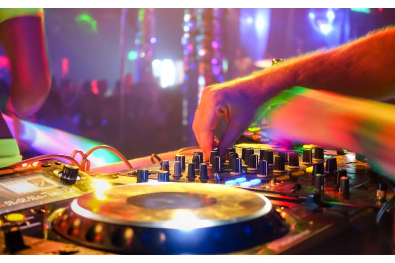 DJ играет в ночном клубе фото