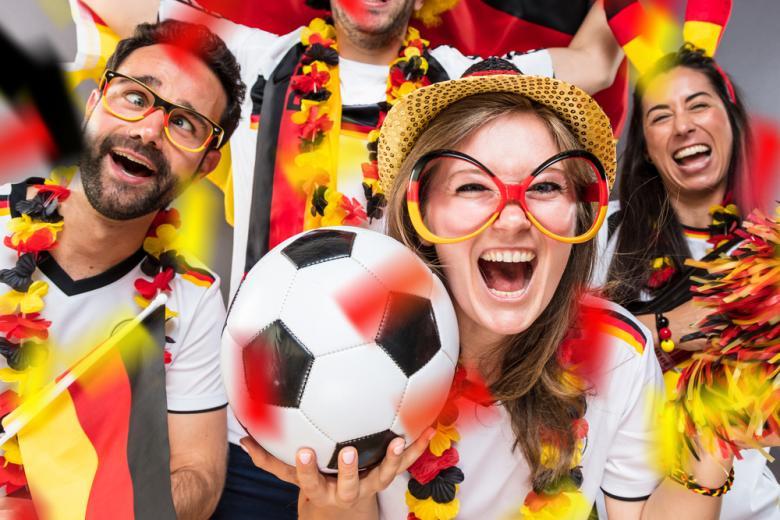 Футбольные фанаты с мячом фото
