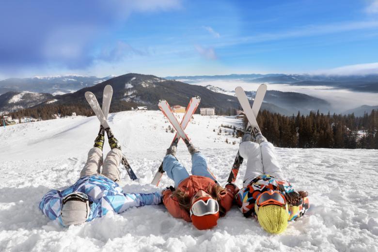 люди на лыжах отдыхают в горах фото