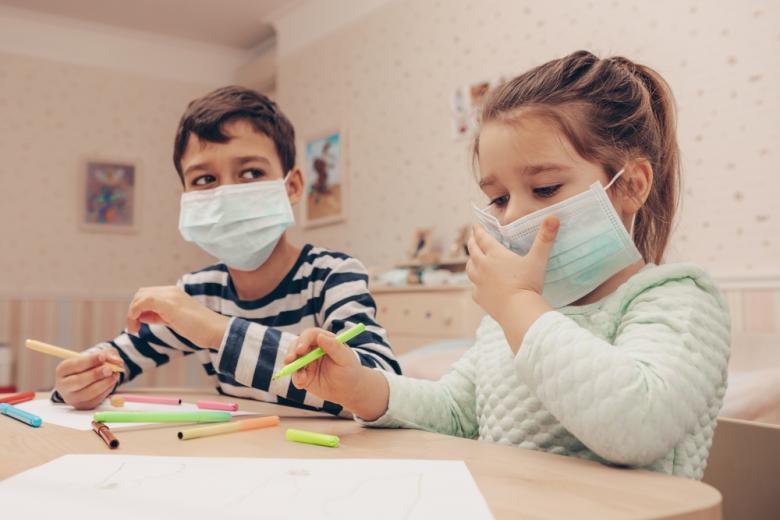 мальчик и девочка в масках рисуют фото