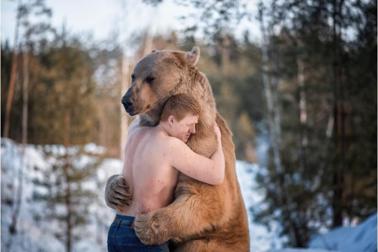 Мужчина обнимающий медведя фото