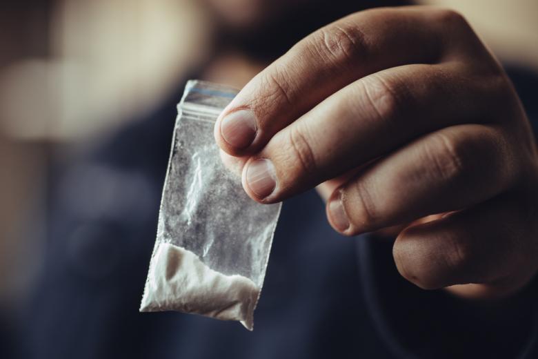 мужчина предлагает наркотики фото