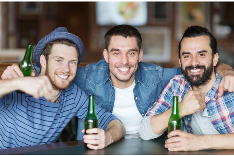 мужчины в баре пьют пиво фото