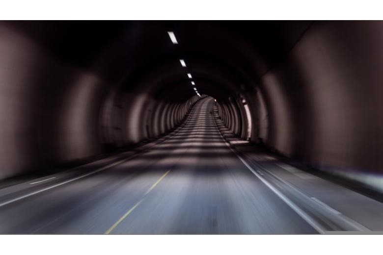 освещенная дорога в тоннеле фото